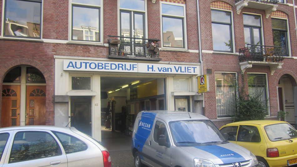 Bredeweg 42 Onder het kantoortje rechts was de ingang naar de fietsenstalling. Foto: Jo Haen © Alle rechten voorbehouden