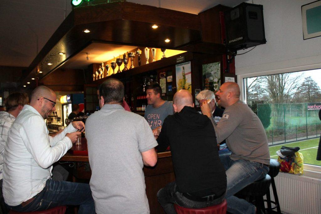 Dennis op zaterdagavond als barkeeper. Foto: Jo Haen