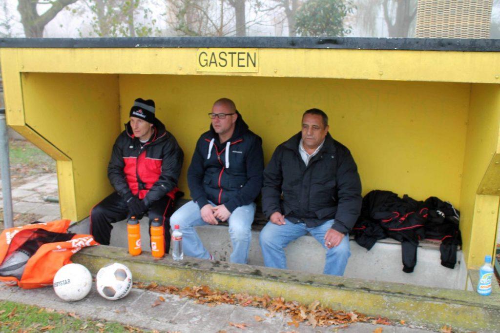 Jeroen tijdens een uitwedstrijd nov. 2016 bij D.V.V.A. op Sportpark Drieburg. Daar hebben ze nog een paar ouderwetse dug-outs. Foto: Jo Haen