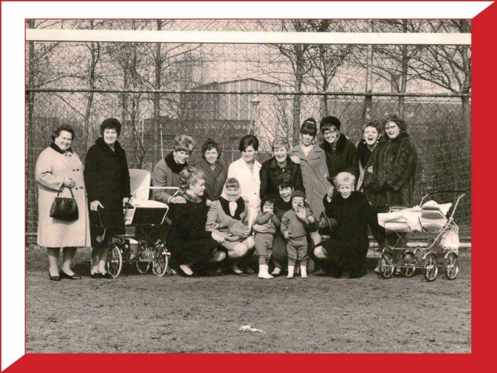 Spelersvrouwen op het veld van Madjoe. Peter ligt in de rechter kinderwagen - 1966 . Foto: Peter Kost