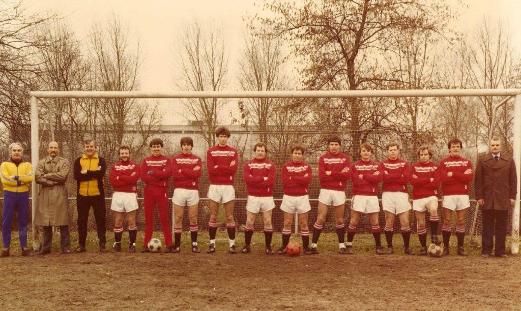 Kick Pullen bij Madjoe (met de rode voor zijn voeten) - ± 1982. Foto: Kick Pullen © Alle rechten voorbehouden