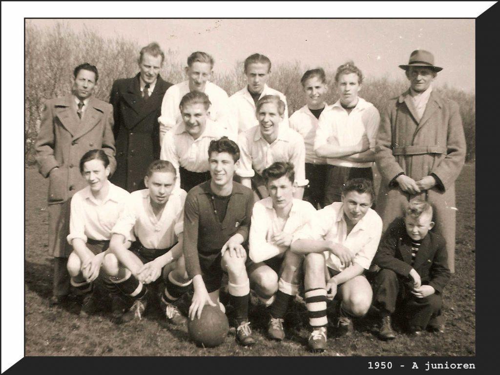 1950 A-junioren D.J.K. Rechts met hoed is Piet Meijer. Het jongetje daaronder is Nico.
