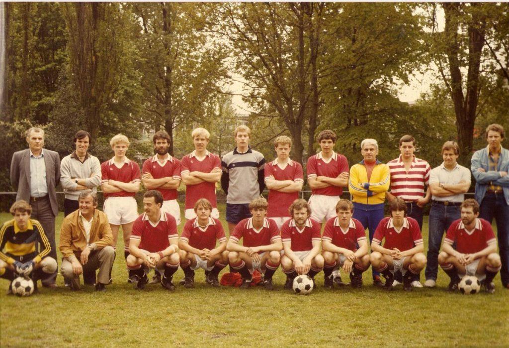 Kick Pullen bij Madjoe (2e van rechts met witte polo) - ± 1985. Foto: Kick Pullen © Alle rechten voorbehouden