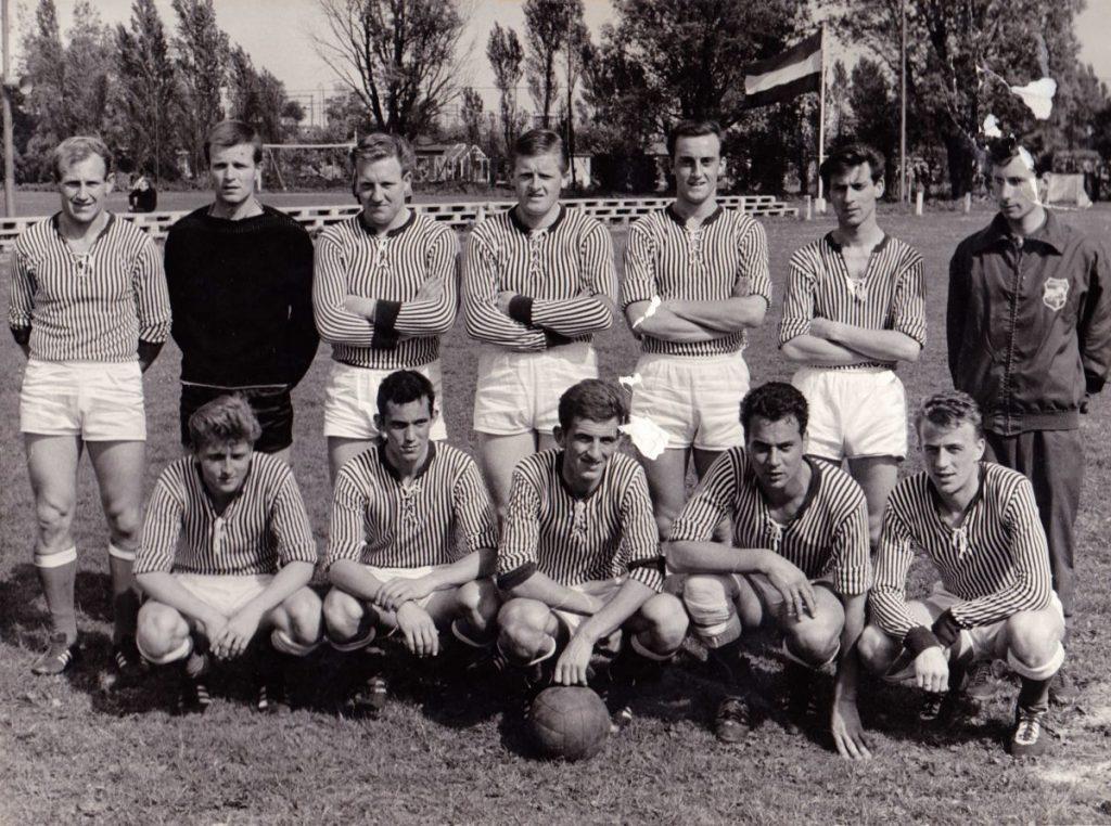 1e Elftal a.v.v. T.O.G. - 1965. Toon Molenaar staat op de achterste rij 3e precies in het midden. Foto: a.v.v. T.O.G.