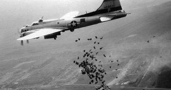 Een_Amerikaanse_B-17_lost_in_het_kader_van_operatie_Chowhound_in_mei_1945_boven_het_totaal_verwoeste_Schiphol_een_lading_levensmiddelen