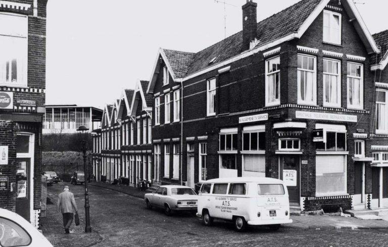 Amstelhoekstraat 12 - 2 in 1970. Op de achtergrond het Amstelstation. - Foto: Beeldbank Amsterdam - Alle rechten voorbehouden.