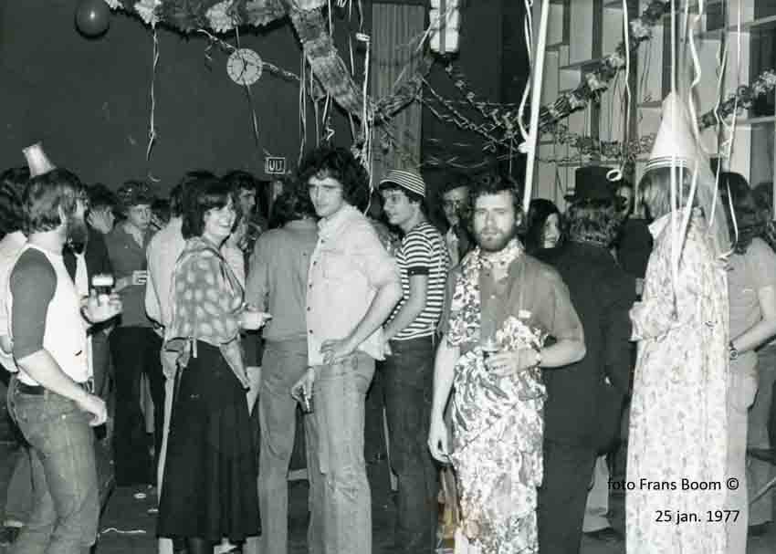 Carnaval in Casa 400. Gezellige bijeenkomsten waren er genoeg, zoals hier het carnavalsfeest in de kelder. De foto is gemaakt door Frans Boom in 1977. Alle rechten voorbehouden