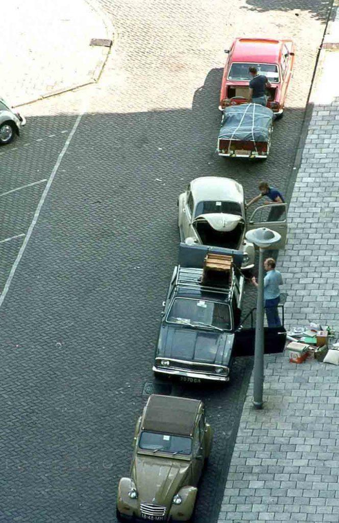 Verhuizen! Deze foto geeft een beeld van de verhuisactiviteiten. De foto is gemaakt door Frans Boom in 1976. Alle rechten voorbehouden