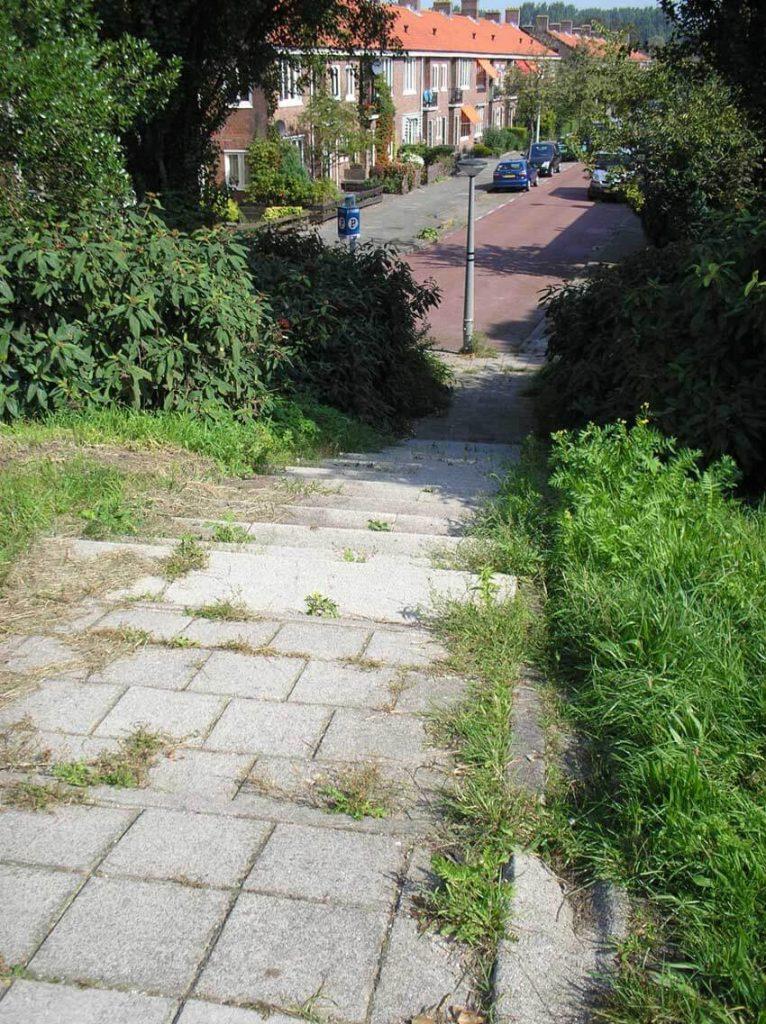De klugt naar beneden vanaf de Weesperzijde. Op de achtergrond de Von Liebigweg. (Foto: 2006) De klugt op de foto boven het artikel komt uit bij de Celciusstraat. - Alle rechten voorbehouden