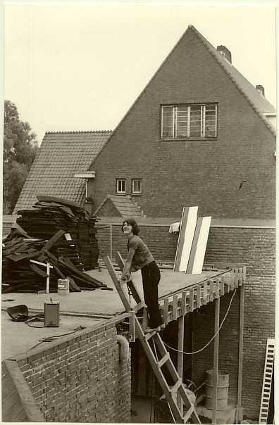 Weer een verdieping hoger Kerklid dat meehelpt bij de bouw van de nieuwe kerk in de periode 1964-1965 Kerklid Akkie Kerkhoven - thans ruim 80 jaar - helpt mee bij de bouw van de nieuwe kerk in de periode 1964-1965.
