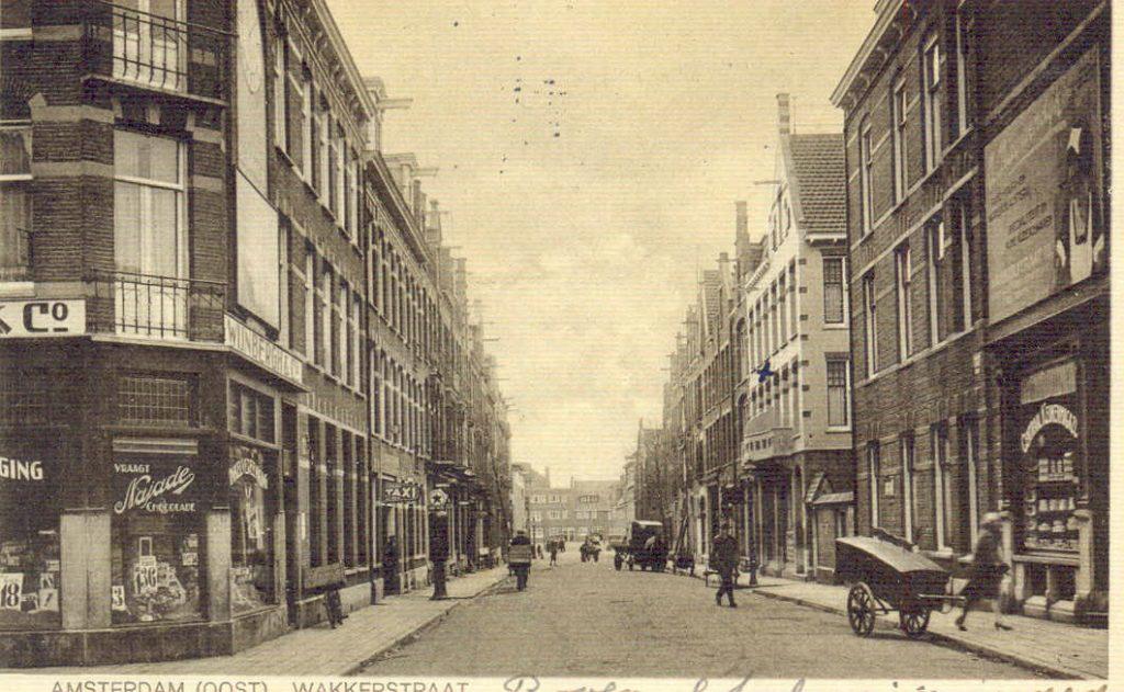 Straathandel in de Wakkerstraat rond 1935. Rechts een handkar (waarschijnlijk van de bakker), links een man op een bakfiets en rechtsachter een kar met paard ervoor. (Ansichtkaart met dank aan Dolf Haen) Alle rechten voorbehouden
