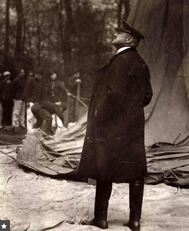 Controle door commandant Dinglinger tijdens het vullen van de ballon. Fotograaf: onbekend Alle rechten voorbehouden