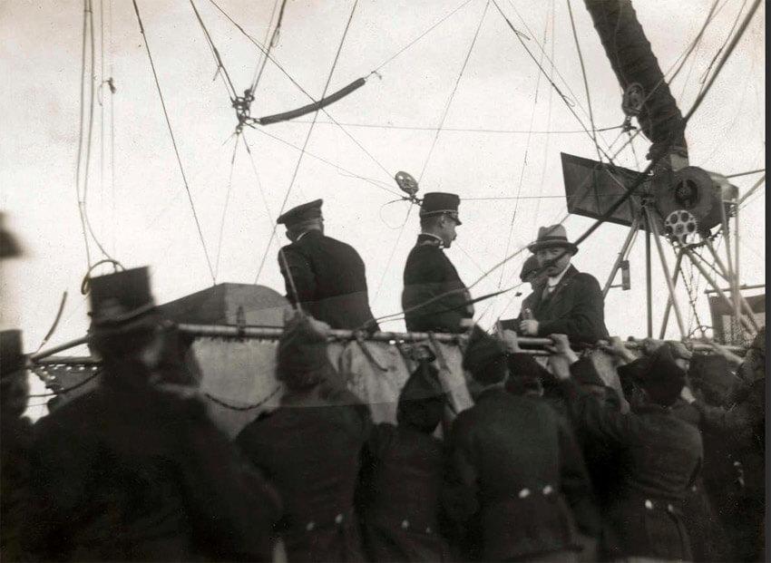 De passagiers in de mand kort voor het opstijgen. 1911 Fotograaf onbekend. Alle rechten voorbehouden.