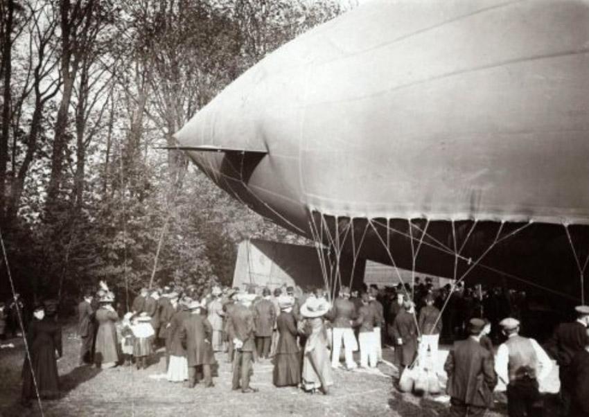 Kort voor het opstijgen van het luchtschip wordt het roer aangebracht - 1911 - Fotograaf: Onbekend. Alle rechten voorbehouden