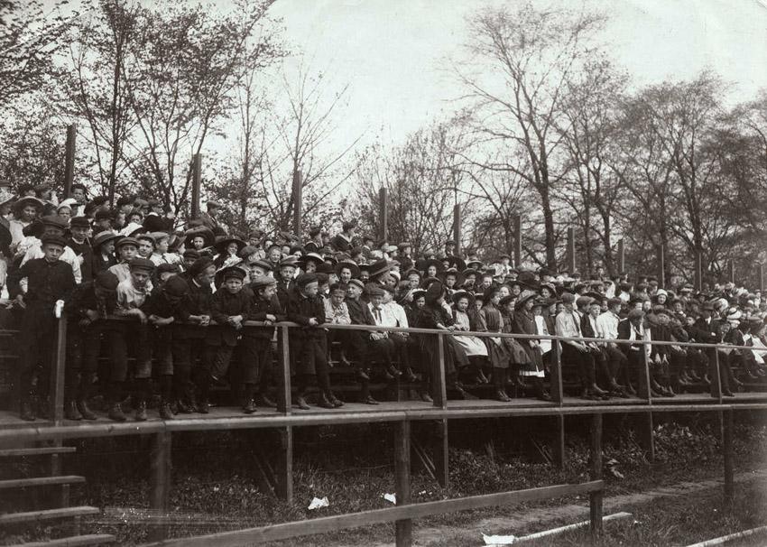 Schoolkinderen uitgenodigd door het dagblad De Echo kijken toe - 1911 - Fotograaf: onbekend. Alle rechten voorbehouden.