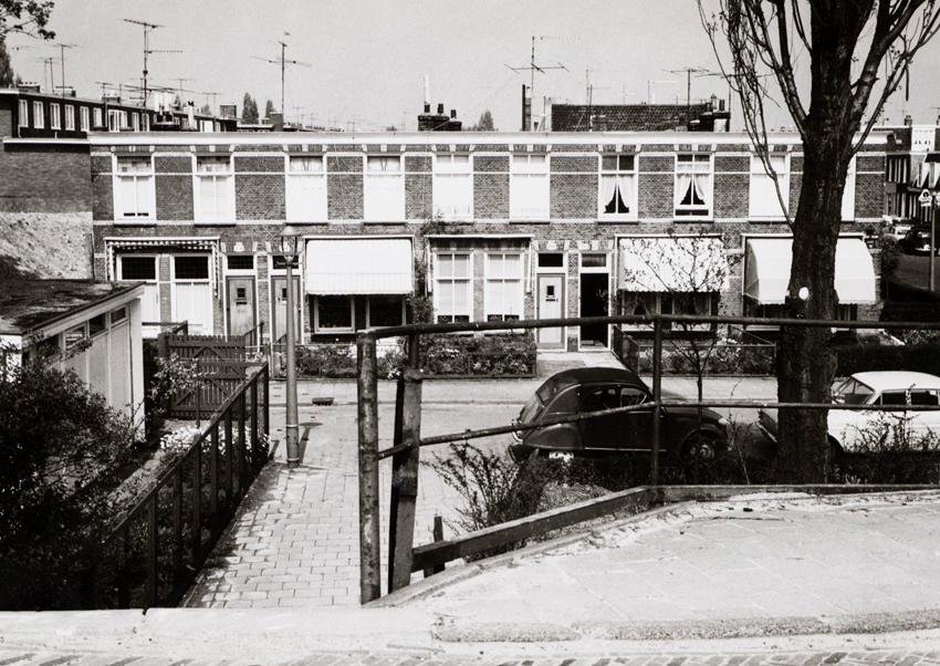 Dit is niet de plek maar het komt waarschijnlijk wel enigszins overeen met het gapende gat wat mijn vriend Dick in het bakkie zag, toen ik tot stilstand kwam in het hek aan de op de foto niet zichtbare linkerzijde. Dat was een soortgelijk hek als aan de rechterkant. Gelukkig, hecht en sterk. - Weesperzijde 280-283 - rechts ingang Fahrenheitstraat - Foto: Beeldbank Amsterdam - Alle rechten voorbehouden