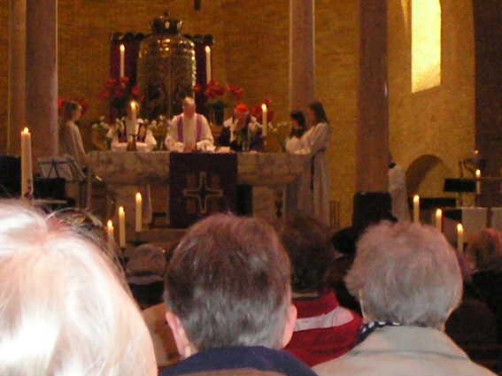 Kardinaal Simonis (rechts met rood hoofddeksel) samen met pastor Nico Essen en misdienaars op het altaar. samen met pastor Nico Essen en misdienaars op het altaar. Alle rechten voorbehouden
