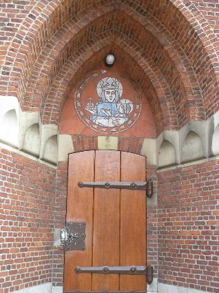 De linker toegangsdeur met de Maria-afbeelding. met de Maria-afbeelding. Alle rechten voorbehouden