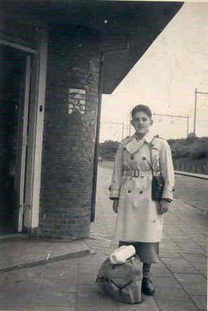 David Verdooner voor de bakkerswinkel Tugelaweg 80-82. De foto dateert van begin jaren vijftig en is afkomstig uit het fotoarchief van David Verdooner. Alle rechten voorbehouden