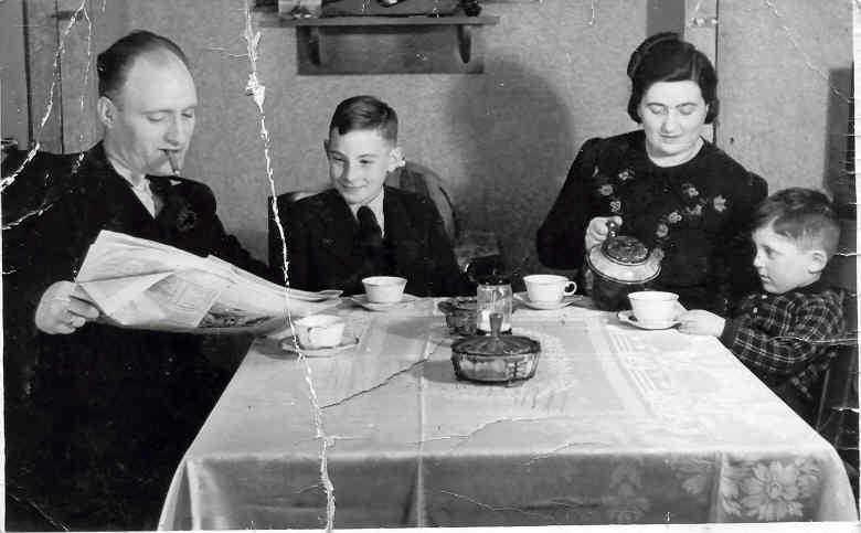 De familie Verdooner, kort voor het onderduiken. De foto is gemaak in de huiskamer van de familie Verdooner (Tugelaweg 70) in 1943, kort voordat zij moesten (konden) onderduiken. De foto is afkomstig uit het foto archief van David Verdooner.  Alle rechten voorbehouden