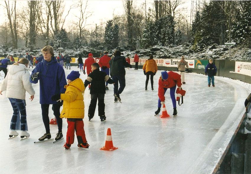 Winter 2000: schaatsles voor kinderen tijdens intensiefcursus in de Kerstvakantie. Jo Haen staat erbij met kleindochter Marit. Foto: Jo Haen Alle rechten voorbehouden