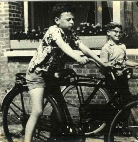 Links Jos Mol op zijn sportfiets die uit bij de vulinis opgezochte onderdelen was opgebouwd, rechts buurjongen Hans Foekens. Foto voor Senefelderstraat nr 19,genomen in 1958 Alle rechten voorbehouden