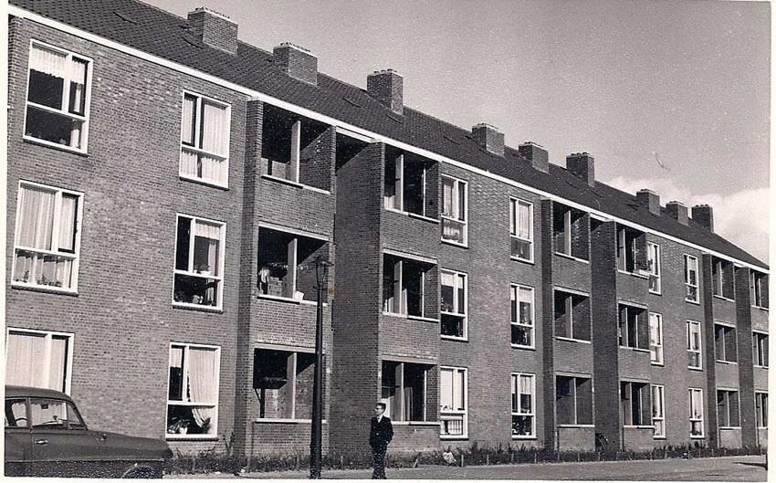 Senefelderstraat 13-27, op de foto - genomen eind 50er jaren - staat een jongen voor nummer 17/19. Alle rechten voorbehouden