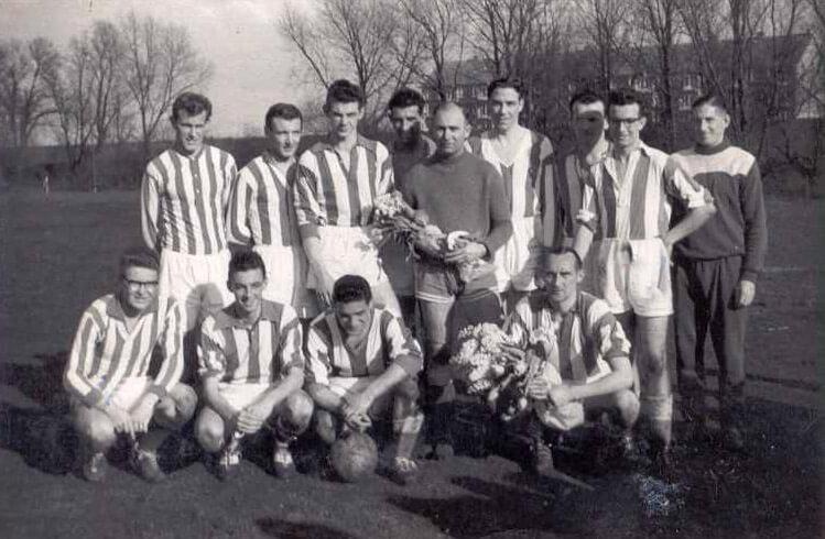 1e elftal voetbalvereniging TDO (Training Doet Overwinnen) op 'voorland' Zuid-West van het oude Ajax-stadion, kampioensfoto. Staand, tweede van rechts (met een kruis aangegeven) is Maarten Hoogstra, 16 à 17 jaar. 4e van rechts i Ben Koopman. 1e van rechts op zijn hurken (ook met kruisje) is Jan Kropf. Alle rechten voorbehouden