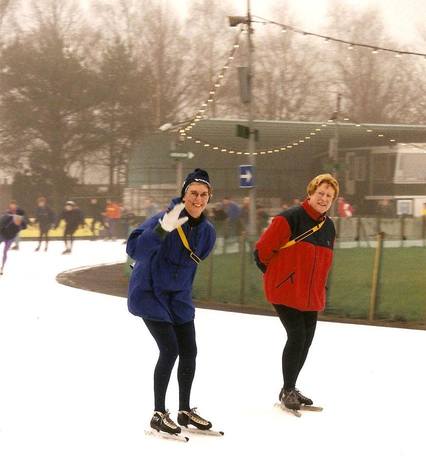 Jo Haen tijdens een schaatsles op de Jaap Edenbaan (in de winter van 2000). Naast haar Els Lelyveld, nog steeds een goeie vriendin.  Foto: Jo Haen Alle rechten voorbehouden