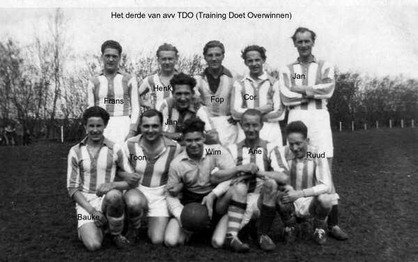 Het derde elftal van TDO in 1950.  Alle rechten voorbehouden