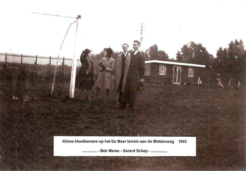 Kleine kleedkamers op het terrein van De Meer aan de Middenweg - 1923 - Foto: Archief s.v. De Meer - Alle rechten voorbehouden