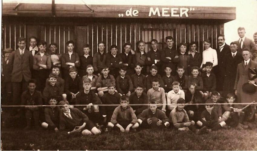 Clubgebouw in 1927 - De Meer Aspiranten - Leiders en Jeugd voor het oude kleedlokaal - Foto: Archief s.v. De Meer - Alle rechten voorbehouden