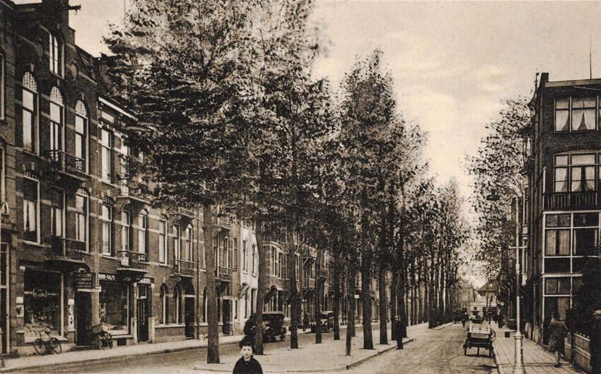 Hogeweg gezien in de richting van de Middenweg. Uitgave Lintvelt, Middenweg 52, Amsterdam-Oost. Bron: beeldbank SAA, datering 1940.