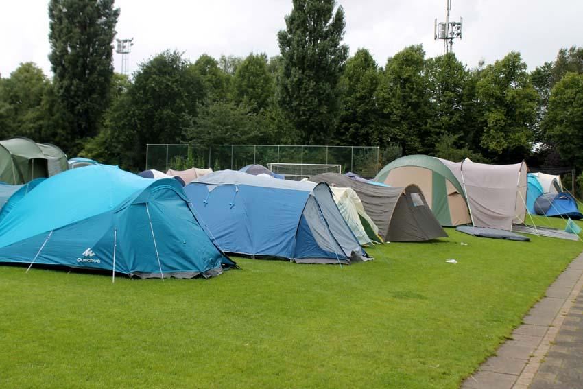 De tentjes langs het veld. Foto: Jo Haen - Alle rechten voorbehouden