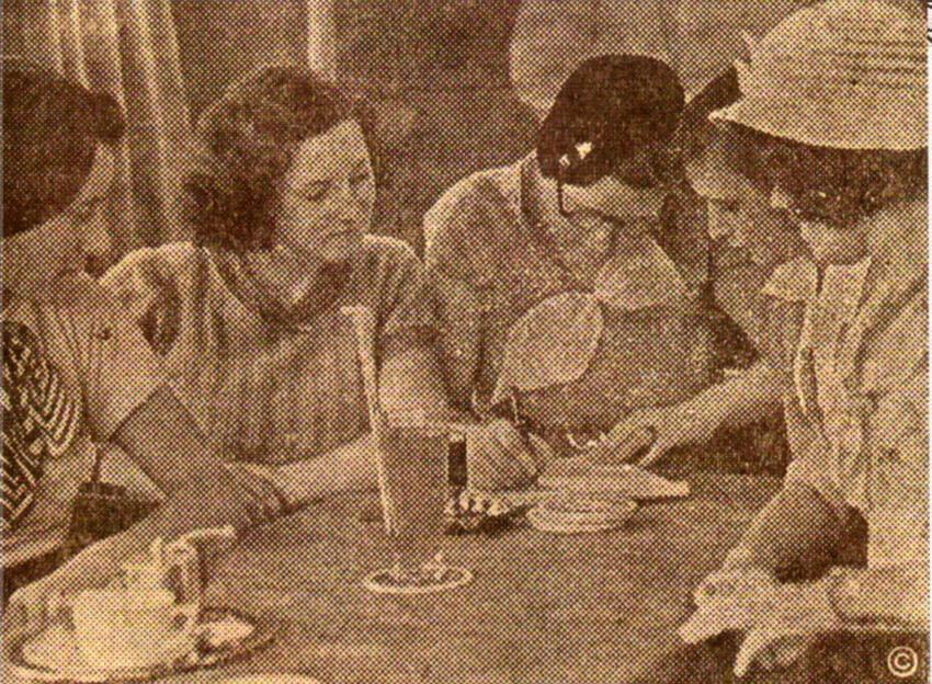 Het 'voorlopig bestuur' van de Eerste Amsterdamsche Dames-Voetbalvereeniging, eind augustus 1933 in café Frankendael aan de middenweg. V.l.n.r. Tiny Schaake, Liesje Scheffer, Tine Harryvan, Diny Hardeman en Joop Jeckel - 1933 - Foto: De Sumatra Post 26-08-1933 - Alle rechten voorbehouden