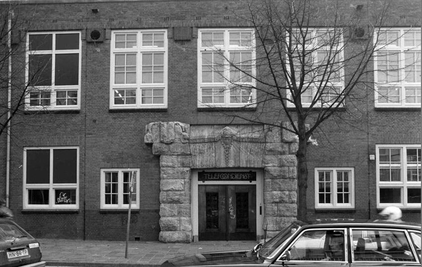Kamerlingh Onneslaan 01 met deuromlijsting van Hildo Krop - 1987 . Foto: Beeldbank Amsterdam Alle rechten voorbehouden