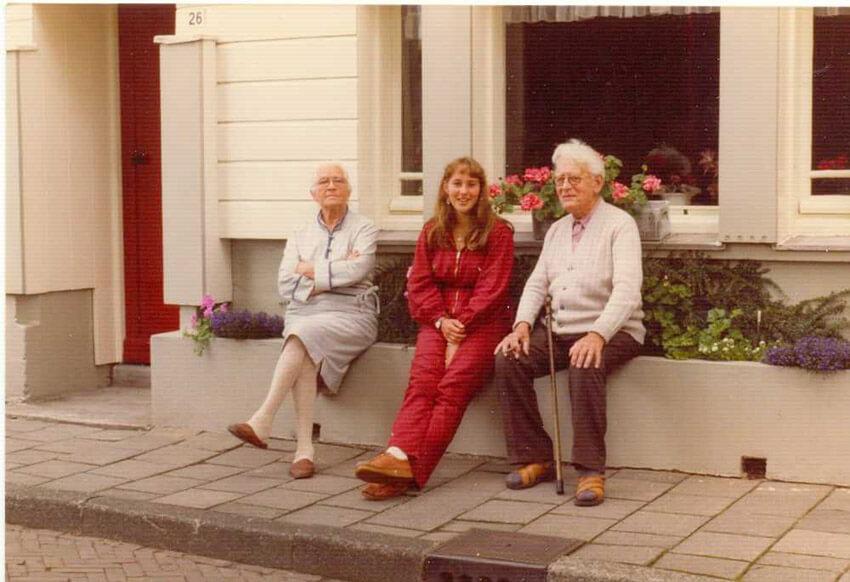 De Sikkelstraat 24 waar Fred een tijd gewoond heeft. (foto uit 1981). Op de foto de ouders van Fred Fritschy met Klaske uit Friesland. De deur links is van de buren.  (foto Fred Fritschy). Alle rechten voorbehouden