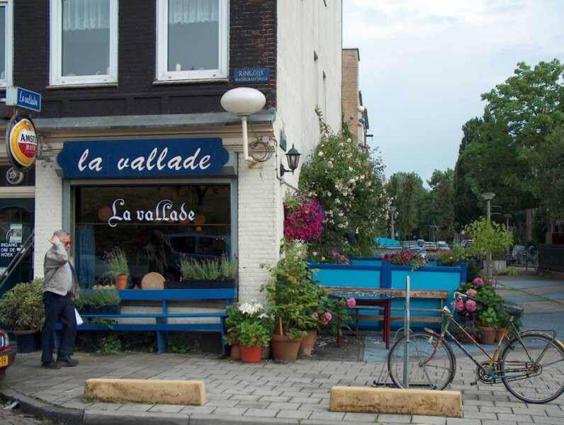 Bij mooi weer zit het terras van La Vallade vol mensen.  Alle rechten voorbehouden