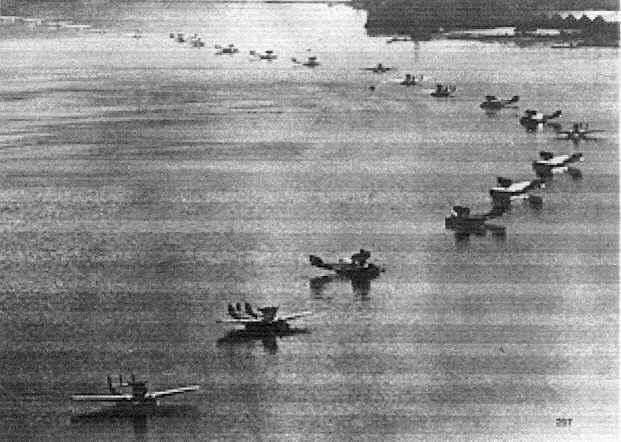 De watervliegtuigen klaar voor vertrek uit Amsterdam. Alle rechten voorbehouden
