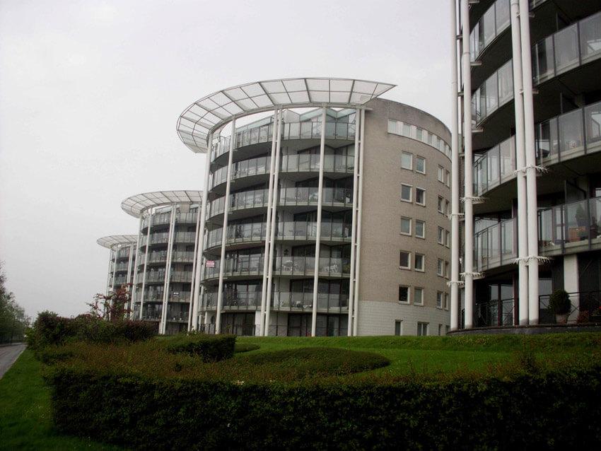Langs de Amstel zijn deze hoge woontorens gebouwd.  Alle rechten voorbehouden