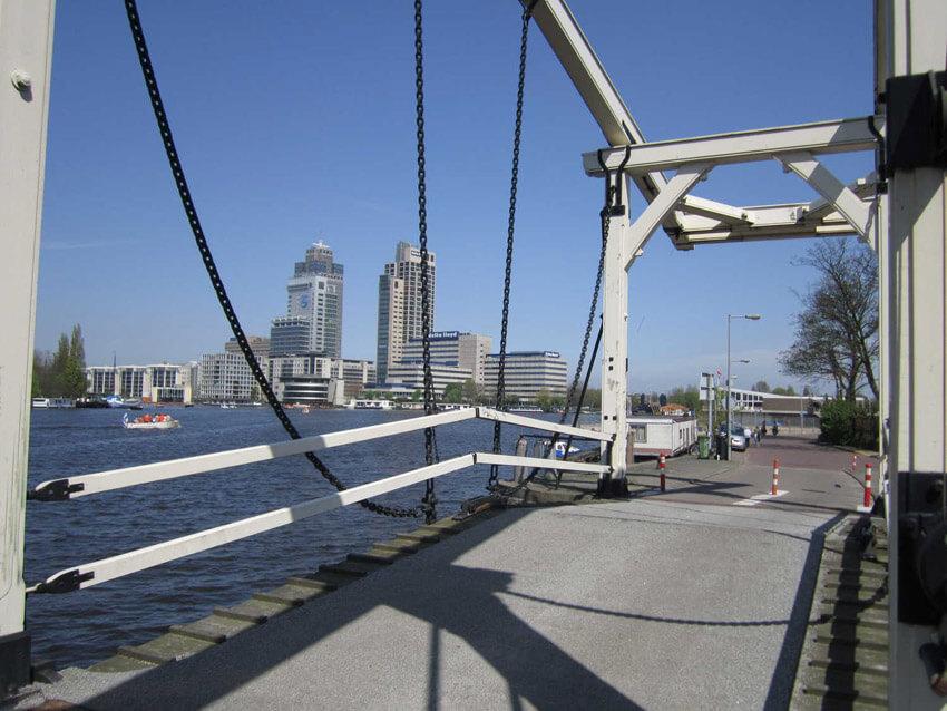 Vanaf het bruggetje uitzicht op het Manhattan aan de Amstel. Alle rechten voorbehouden