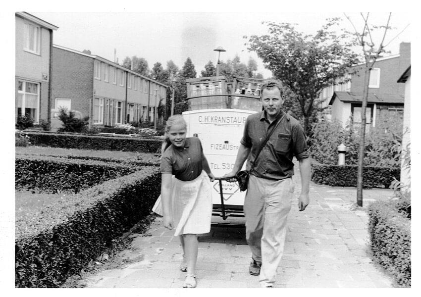 In de wijk met dochter Mieke (ca 1966?). Foto: familie-archief - Alle rechten voorbehouden