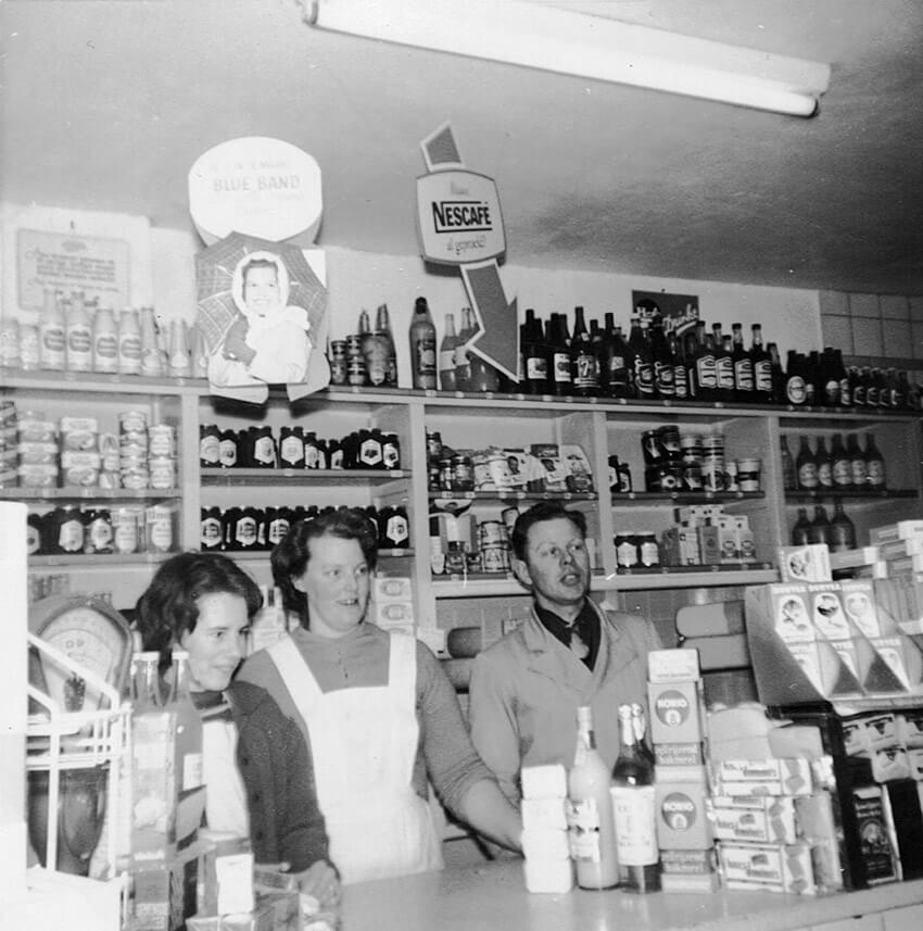 Bep en Chris in de winkel (ca. 1966) met winkelmeisje Sjanie - Foto: Dick Spijker - Alle rechten voorbehouden