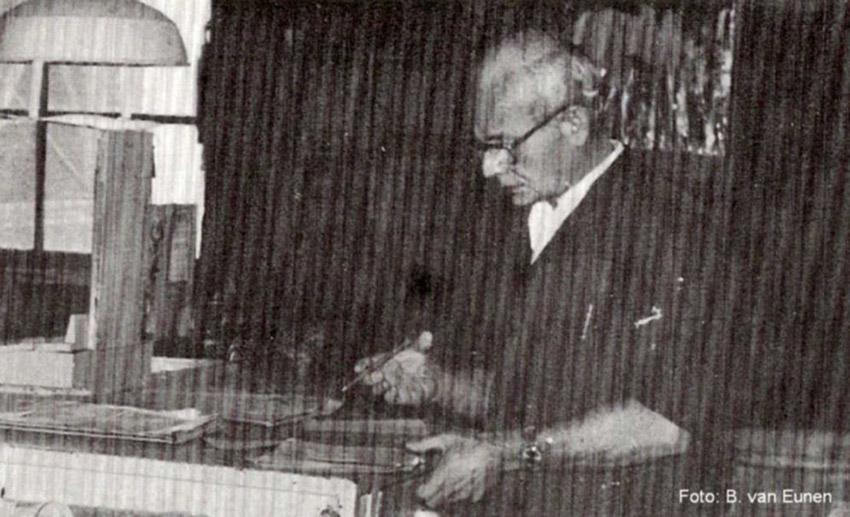 Dhr. Timmerman aan het werk met opsmeerstalen in de verfkeuken . . Foto: Bert van Eunen Alle rechten voorbehouden