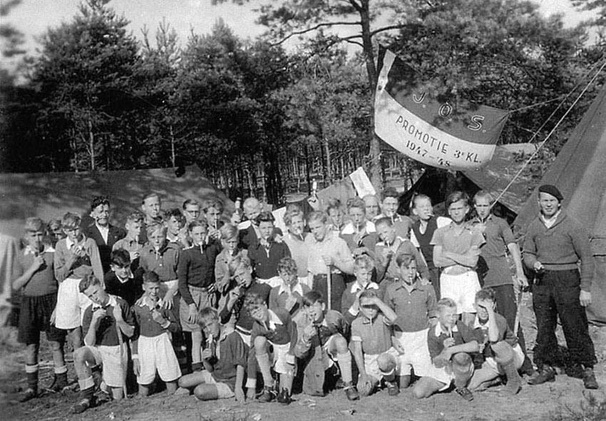 Als aspirant lid van JOS voetballen op jeugdkamp in Nunspeet. Op de foto staan naast vroegere vriendjes ook de leider meneer Bonsen. Alle rechten voorbehouden