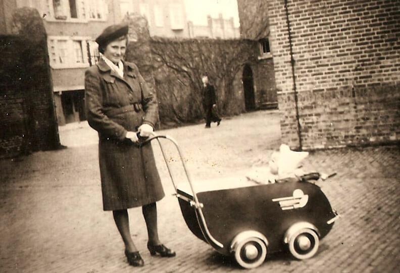 Moeder met baby op de binnenplaats - Foto: José Bakker - Alle rechten voorbehouden