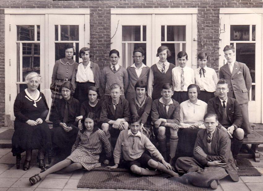 1933  - staande 4e van rechts Dientje Mellema - Foto: Charles van Tuijl - Alle rechten voorbehouden