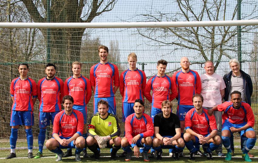 Het  elftal Zaterdag 2. Foto genomen voor de uitwedstrijd tegen GeuzenMiddenmeer op zaterdag 7 april 2018 - Foto: Jo Haen
