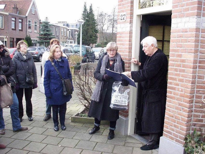 Leo Post in ochtendjas in de deuropening van Reaumurstraat 27. . Foto: John Haen Alle rechten voorbehouden