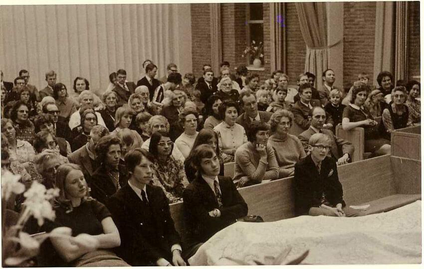 Foto van de eerste dienst in het nieuwe gebouw aan de Zaaiersweg, juni 1966  Alle rechten voorbehouden